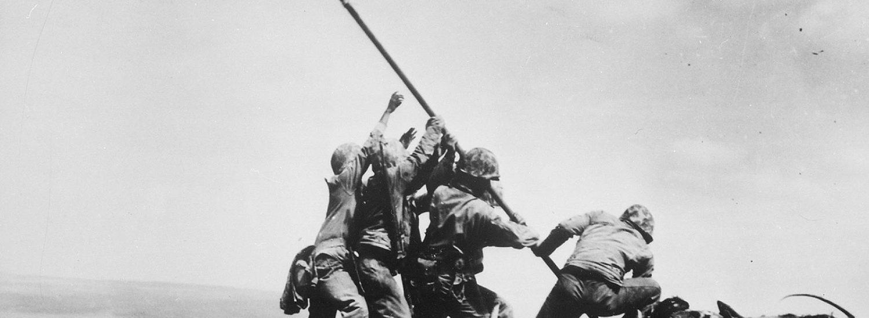 L'alzabandiera delle truppe americane a Iwo Jima